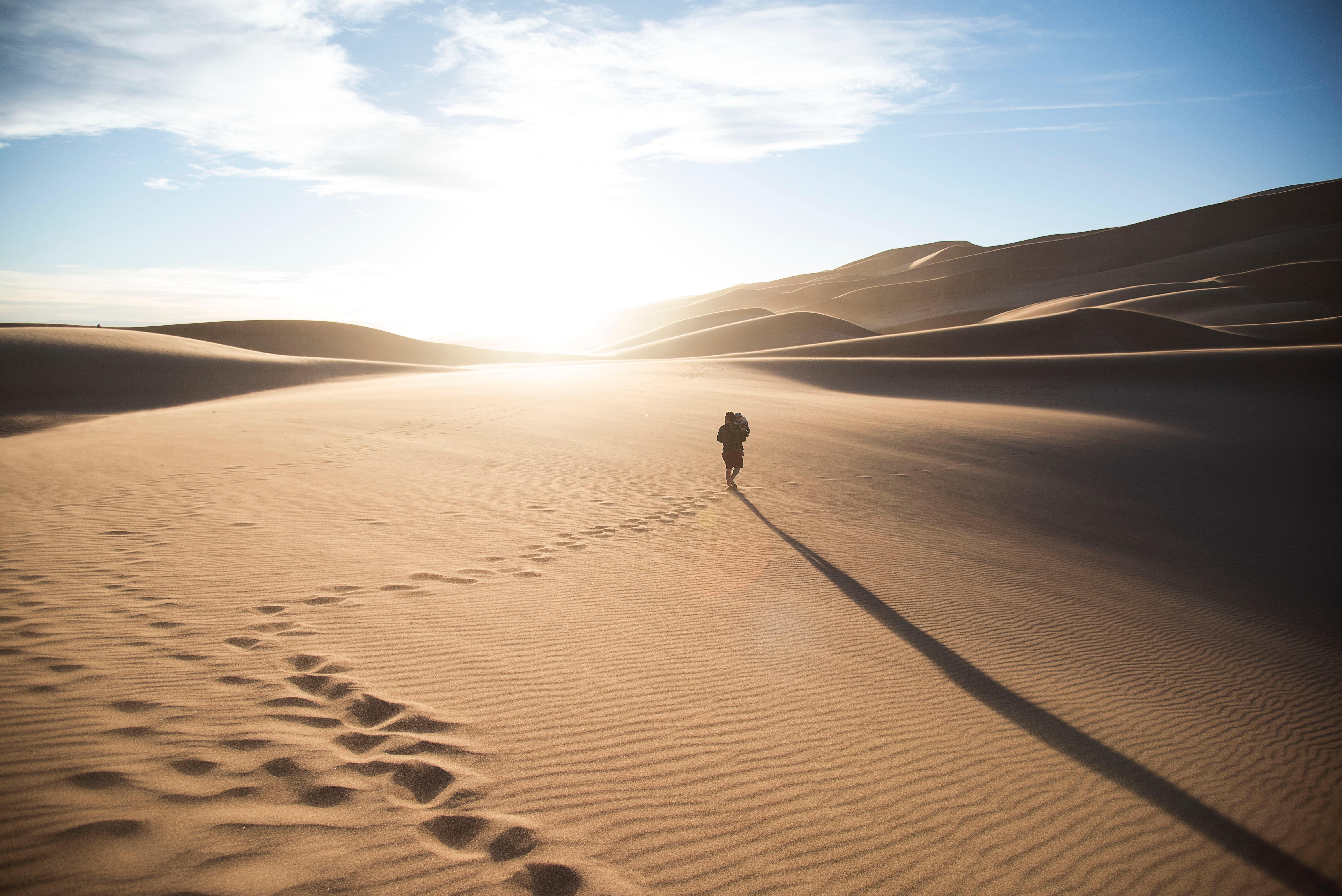 man går genom öken