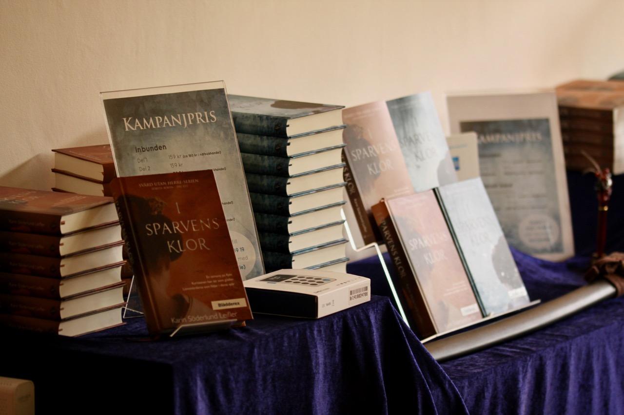 bord med böcker i högar